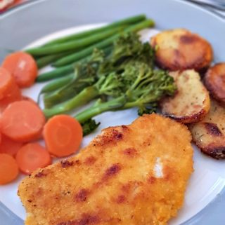 This simple pork escalopes recipe, served with delicious sautéed potatoes, is great for a midweek meal for the family as it cooks in no time at all!
